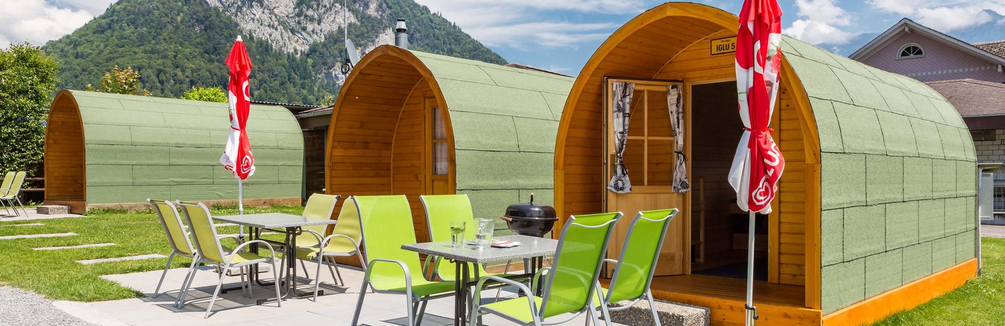 günstige Unterkunft auf dem Camping Lazy Rancho in Unterseen bei Interlaken: Holziglus für bis zu 4 Personen